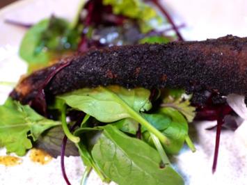 Crispy Pigtails mit Culurgiones an Wildkräutersalat - Rezept - Bild Nr. 2