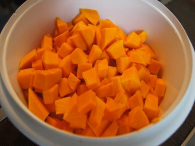 Pikant gewürzte Kürbissuppe mit Kartoffel- und Rostbratwurst-Einlage - Rezept - Bild Nr. 7