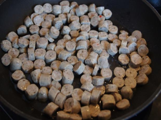 Pikant gewürzte Kürbissuppe mit Kartoffel- und Rostbratwurst-Einlage - Rezept - Bild Nr. 16