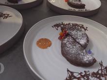 Schokoladentarte mit Tonkabohneneis und Zwetschgenröster - Rezept - Bild Nr. 9788