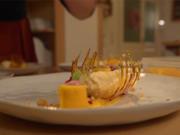 Weiße Mousse au Chocolat mit Tonkabohne, Mango und Crumble - Rezept - Bild Nr. 2