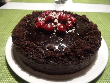Schokoladenkuchen mit Kirschfüllung und -topping - Rezept - Bild Nr. 2