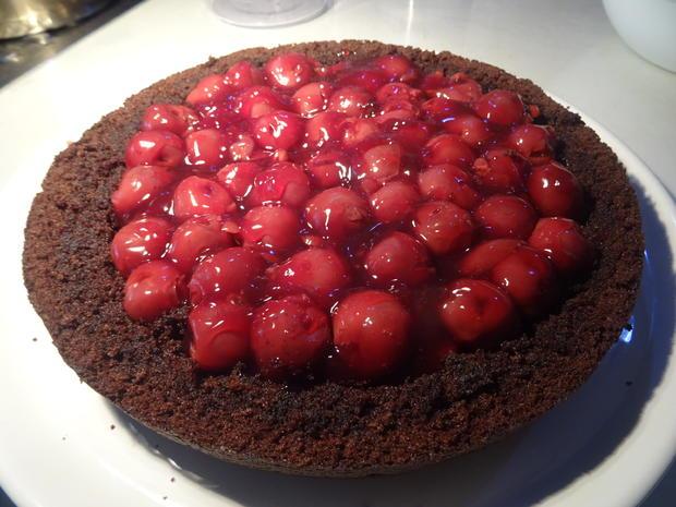 Schokoladenkuchen mit Kirschfüllung und -topping - Rezept - Bild Nr. 5