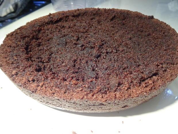 Schokoladenkuchen mit Kirschfüllung und -topping - Rezept - Bild Nr. 6