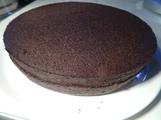 Schokoladenkuchen mit Kirschfüllung und -topping - Rezept - Bild Nr. 7