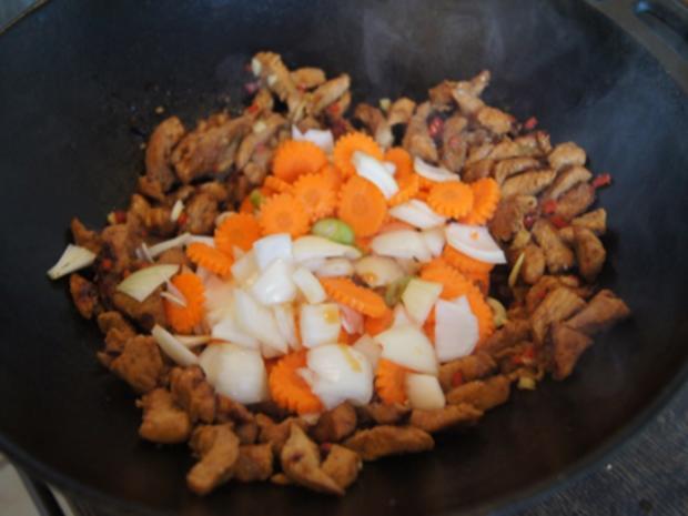 Putenbrustfilet mit Gemüse süß-sauer im Wok und gelber Basmatireis - Rezept - Bild Nr. 24