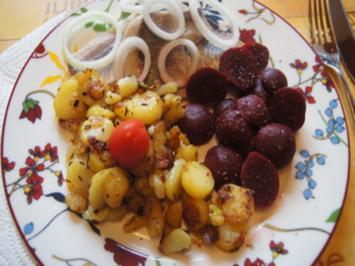 Matjesfilets mit Zwiebelringen, herzhaften Bratkartoffeln und Rote Bete - Rezept - Bild Nr. 2