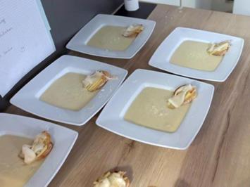 Karfiolcremesuppe mit Pecorino und Lardo-Apfel-Crostino - Rezept - Bild Nr. 2