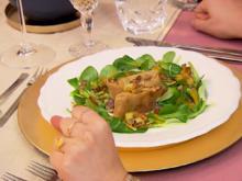 Wirsingstrudel an Vogerlsalat mit heller Tomatenjus und Kartoffel-Maroni-Topping - Rezept - Bild Nr. 2