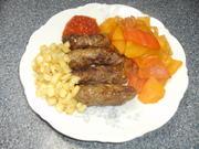 Cevapcici mit Paprikagemüse, Ajvar und scharfen Zwiebelchen - Rezept - Bild Nr. 2