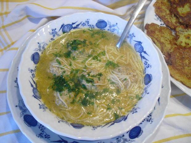Hackfleischklößchen-Nudel-Suppe dazu Kartoffelpuffer - Rezept - Bild Nr. 10011