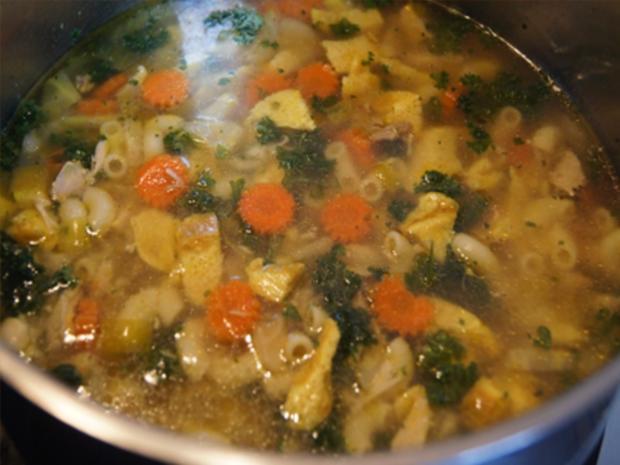 Suppe mit Hähnchenschenkel, Gemüse, Eierstich und Hörnchen Nudeln - Rezept - Bild Nr. 22