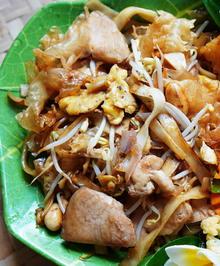 Gebratene Nudeln mit Hühnerfleisch, Eispilzen und Erdnüssen - Rezept - Bild Nr. 2