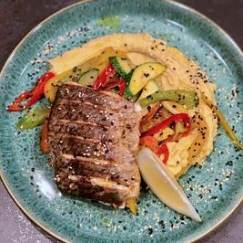 Rezept: Barramundi Filet auf Hummus mit Ratatouille Gemüse