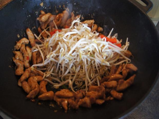 Gebratenes Hähnchenfleisch mit Mungoboh-nenkeimlingen und Gewürzreis - Rezept - Bild Nr. 9