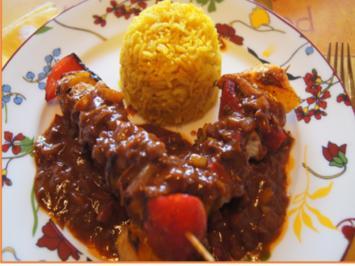 Paprika-Putenbrust-Spieße mit Sauce und gelber Basmatireis - Rezept - Bild Nr. 2