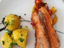 Lachsfilet an Paprikagemüse und Kartoffeln in Bärlauchbutter - Rezept - Bild Nr. 2