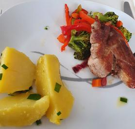 Schweinfleisch auf Gemüse mit Kartoffeln in Schnittknoblauchbutter - Rezept - Bild Nr. 2