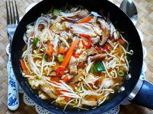 Gebratene Reisnudeln mit Hühnerfleisch, Pilzen und Gemüse - Rezept - Bild Nr. 2