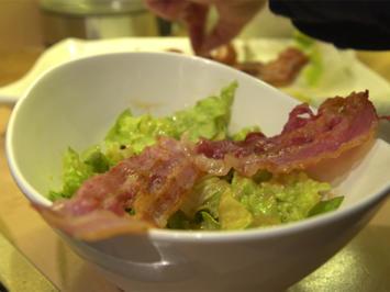 Caesar Salad mit gebratenem Bacon und Parmesantalern - Rezept - Bild Nr. 2
