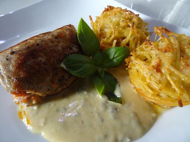 Involtini vom Schwein mit Gorgonzola-Soße und Spaghetti-Türmchen - Rezept - Bild Nr. 2