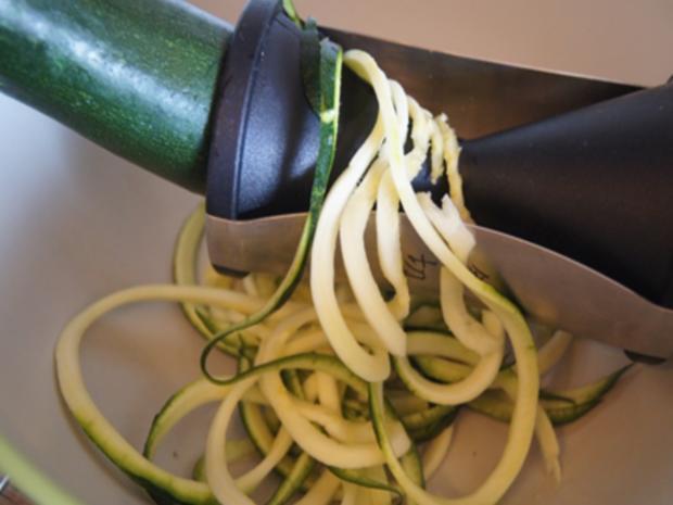 Gebratene Hähnchenkeulen mit Zucchini Spaghetti - Rezept - Bild Nr. 11