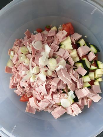 Tortellinisalat mit Zucchini und Schinken und Tomaten - Rezept - Bild Nr. 2