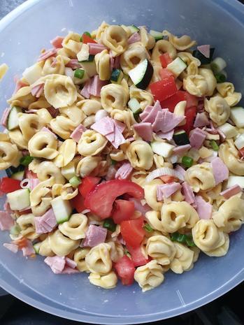 Tortellinisalat mit Zucchini und Schinken und Tomaten - Rezept - Bild Nr. 3