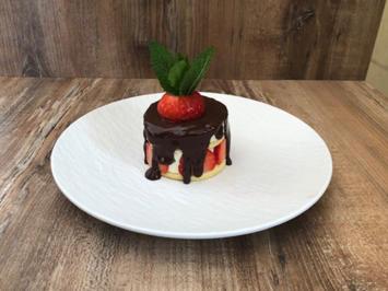 Biskuit-Mascarpone-Törtchen mit Erdbeeren und Granatapfel (Rebecca Mir) - Rezept - Bild Nr. 2