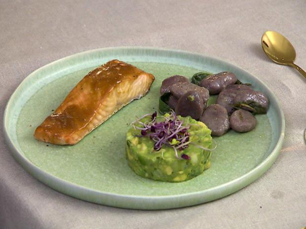 Glasierter Lachs mit lilafarbenen Salbei-Gnocci und Avocado-Tatar - Rezept - Bild Nr. 2