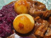 Rindergulasch mit Pilzen; Rotkohl und Seidenknödel - Rezept - Bild Nr. 2