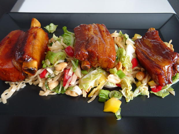 Glasierte Kotelett-Rippchen auf Chinakohl-Ramen-Salat - Rezept - Bild Nr. 2