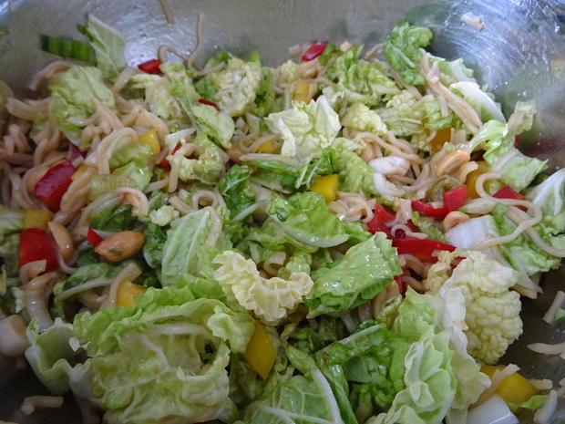Glasierte Kotelett-Rippchen auf Chinakohl-Ramen-Salat - Rezept - Bild Nr. 5
