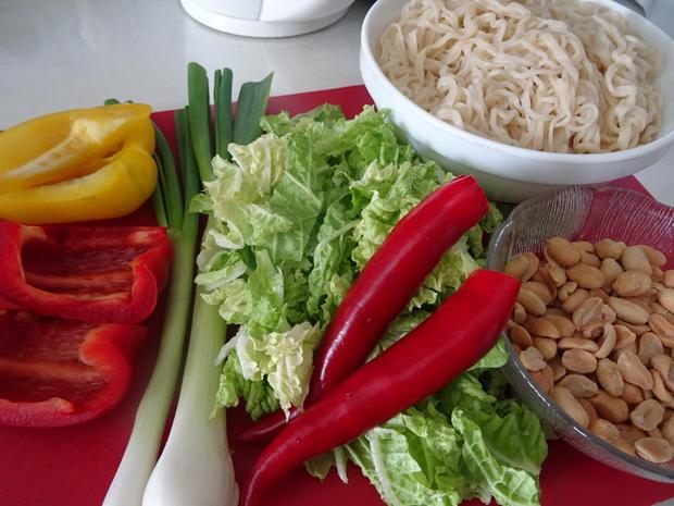 Glasierte Kotelett-Rippchen auf Chinakohl-Ramen-Salat - Rezept - Bild Nr. 6