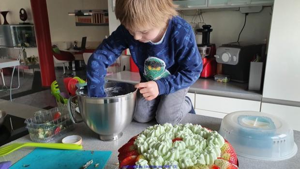 Waldmeistertorte mit Erdbeeren und mit meinem Enkel gebacken ;) - Rezept - Bild Nr. 5