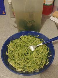 frisches Hanf-Blätter-Pesto mit Hanfsamen, Cashews, Parmesan und gutem Olivenöl - Rezept - Bild Nr. 4