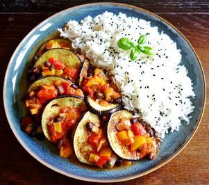 Gebratene Auberginen mit schwarzen Bohnen in Tomaten-Paprika-Sauce; dazu Reis - Rezept - Bild Nr. 2