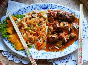 Szechuan Rindfleischbällchen in Pilzsauce mit breiten Nudeln - Rezept - Bild Nr. 2