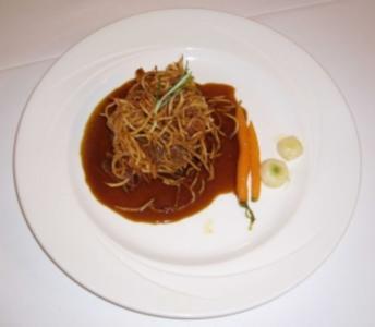 Bisonsteak rustikal mit Strohballen, Rübengemüse und Zwiebelsoße - Rezept