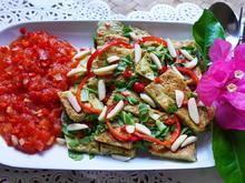 Sahneomelett mit Basilikumblätter und Tomatensauce - Rezept - Bild Nr. 2