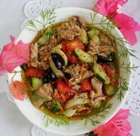 Gemischter Salat mit Thunfisch und Oliven - Rezept - Bild Nr. 2