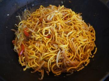 Mie-Nudeln mit Ei und Gemüse und ausgebackenen Hähnchenfleischwürfeln - Rezept - Bild Nr. 2