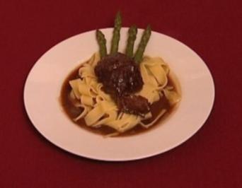 Kalbsbäckchen in Barolosoße mit Nudelbett (Lou Hoffner) - Rezept