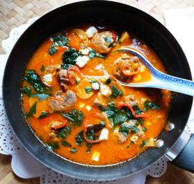 Rezept: Schweinefleisch mit Pilzen in Tomatensauce