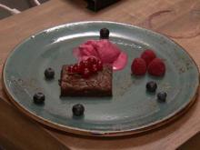 Chocolate Brownie mit Himbeereis und Limettensahne - Rezept - Bild Nr. 2