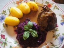 Sauerkrautrouladen mit Rahmsauce, Apfel Rotkohl und Drillingen - Rezept - Bild Nr. 2