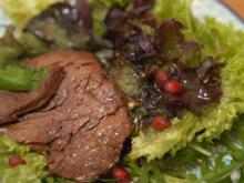 Fruchtsalat mit Riesengarnelen und Blattsalat mit Rinderstreifen - Rezept - Bild Nr. 2