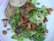 Blattsalate mit (Un-)Kräutern, gebratenen Pfifferlingen und Speckwürfeln - Rezept - Bild Nr. 2