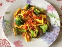 Gemüsepfanne mit Maccaroni und Eierstreifen - Rezept - Bild Nr. 2