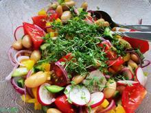 Frisch-feuriger Salat mit großen weißen Bohnen - Rezept - Bild Nr. 2